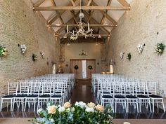 Rustic #Cotswold venue, #Merriscourt, makes a stunning setting for hosting civil ceremonies. Image © Louise Bowles Photography. #cotswoldwedding #ceremonyideas #barnwedding