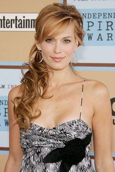 Side Ponytail Hairstyles 15 Side ponytails has for always been a favorite among young girls and women. Here are the top 15 side ponytail hairstyles that are extremely stylish. Side Ponytail Curls, Curly Side Ponytails, Side Ponytail Wedding, Fancy Ponytail, Short Hair Ponytail, Ponytail Hairstyles Tutorial, Hair Wedding, Updo Side, Romantic Hairstyles