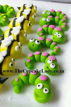 Adorable sugarpaste worms and bees, cupcake toppers Guide til figurer af fimoler, der kan bruges som vedhæng hand made sugarpastefondant insect cupcake toppers Pinning for the bumblebees Modelling clay/cake topping - What ever you want! Fondant Cake Toppers, Fondant Icing, Cupcake Toppers, Cupcake Cakes, Easy Fondant Cupcakes, Easy Fondant Decorations, Bug Cupcakes, Valentine Cupcakes, Rose Cupcake