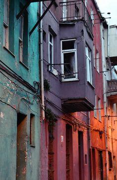 Le case di legno con l'intonaco scrostato - e coloratissimo - di Balat, uno storico quartiere ebraico nel distretto di Fatih, ad Istanbul