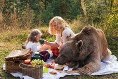 Огромный бурый медведь по кличке Степан составил компанию модели Ирине и ее дочери на лесной фотосессии в подмосковном лесу. Сначала Ирина работала со Степаном в паре, они изображали отдых на природе с пикником. Когда Ирина удостоверилась в том, что живот