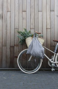 Swich car to bicycle, plastic free living, organic shopping bag, zero waste lifestyle. Eco-friendly living without a car. Luz Natural, Hygge, Slow Living, Sustainable Living, Sustainable Design, Sustainable Products, Green Life, Natural Living, Zero Waste