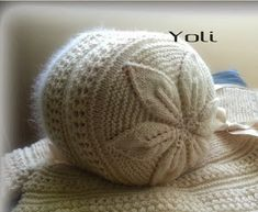 Especial capotas!! | Manualidades Baby Hats Knitting, Crochet Baby Hats, Baby Knitting Patterns, Lace Knitting, Knit Crochet, Crochet Patterns, Knitted Slippers, Knitted Hats, Baby Bonnets