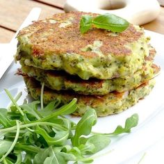 Broccoli pancakes with ricotta & pesto - Plat végétarien - Raw Food Recipes Super Healthy Recipes, Healthy Foods To Eat, Raw Food Recipes, Healthy Cooking, Vegetable Recipes, Vegetarian Recipes, Healthy Eating, Quiches, Food Inspiration