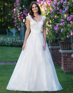 Sincerity brautkleid style 3912 Inspired by a fairy tale, this A-line gown features a scoop neckline, beaded applique lace bodice, natural waistline accented by a Satin cummerbund, and an organza skirt with chapel length train.