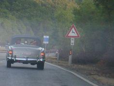 Otoyolda giderken 1960 model bir Mercedes 220 S Cabrio'nun dikizden yaklaştığını görüyorum. Sedef fotoğraf makinesi hazırlatıyorum. Araba Lüksemburg Plakalı. Önde baba, yanında 10 yaşında kızı oturuyor.Arkada anne ve 14-15 yaşlarında bir başka kız ise başlarında eşarp ile oturuyorlar... Daha fazla bilgi ve fotoğraf için; http://www.geziyorum.net/greve-in-chianti/