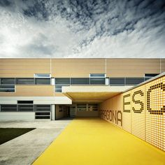 Image 14 of 24 from gallery of School in Tarragona / Batlle i Roig Arquitectes. Cortesía de Batlle i Roig School Architecture, Three Dimensional, Elementary Schools, Signage, Entrance, Concrete, Typography, Gallery, Building