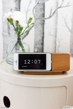 """Näyttää aivan herätyskellolta mutta onkin puhelin! """"Karkin"""" yöpöytä näyttää kauniilta. #iphone #makuuhuone #neilikka #yöpöytä #inspiroivakoti White Walls, Little Things, Alarm Clock, Home Deco, Iphone, Decor Ideas, Interiors, Traditional, Design"""