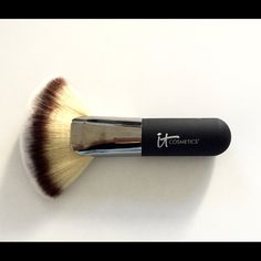 It Cosmetics Heavenly-Luxe Fan Brush New ITCosmetics Mega Heavenly Luxe Plush Fan Brush #9 Part of ITCosmetics Heavenly Luxe Set 100% Authentic Guaranteed Brand New Comes with a plastic cap in plastic sleeve. Retails: $48 Makeup Brushes & Tools