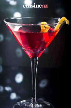 Le Cosmopolitan ou Cosmo est un cocktail classique de couleur rose. #recette#cuisine#cosmopolitan#cocktail #alcool Cosmopolitan, Martini, Red Wine, Alcoholic Drinks, Tableware, Glass, Food, Classic Cocktails, Bartenders