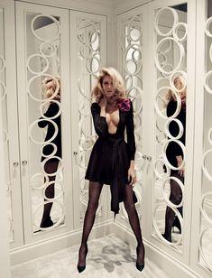 Le look Party Girl dans Vogue Paris: anja rubik en robe noire par Mario Testino