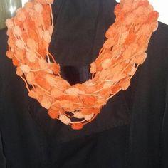 Sciarpa collana fatta a mano con lana pon pon : Sciarpe, foulard, cravatte di coccoledilana
