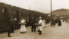 Keksverkäufer auf dem Bahnhof in Hannover um 1900. © © NDR/doc.station GmbH/Bahlsen, honorarfrei