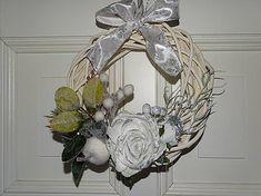 drevita / Vianočný veniec na dvere Grapevine Wreath, Grape Vines, Wreaths, Living Room, Home Decor, Decoration Home, Door Wreaths, Room Decor, Vineyard Vines