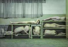 Corpos contorcidos são registrados em ensaio fotográfico | Catraca Livre