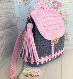 Marque sua amiga(o) ! Curta e Comente 😍❤ - - Fique por dentro de todas as nossa novidades sigam Crochet Backpack, Crochet Clutch, Crochet Handbags, Crochet Purses, Free Crochet Bag, Diy Crochet, Crochet Crafts, Crochet Projects, Crochet Designs