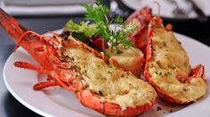 Essayons de cuisiner un le homard Thermidor, question de profiter de la saison de ce délicieux crustacé local. Il y a plusieurs façons de préparer le homard Thermidor, mais voici une recette particulièrement délicieuse que j'ai adaptée à ma façon.