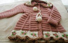 Peça em croche super delicada,pode ser confeccionada em outras cores e tamanhos, bordada  A cor pode sofrer variação de tom