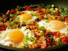 Neoloupané cukety, rajčata, cibuli, žampiony a česnek nakrájíme na kousky. Na oleji zpěníme cibuli s česnekem.Přidáme zeleninu, sůl a bylinky.... Vegetable Recipes, Beef Recipes, Vegan Recipes, Czech Recipes, Ethnic Recipes, Fall Dinner Recipes, Breakfast Recipes, Easy Meals, Food And Drink
