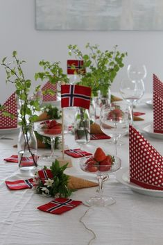 slik dekker du et festbord til 17 mai med norske flagg – trend Birthday Decorations, Table Decorations, Constitution Day, American Party, Time To Celebrate, Holidays And Events, Fourth Of July, Summertime, Table Settings