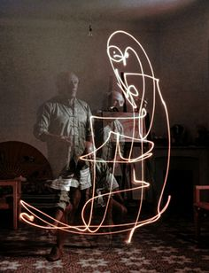 Picasso Triple exposure of artist Pablo Picasso drawing w. light at his home in Vallauris. Location: Vallauris, France Date taken: 1949 Photographer: Gjon Mili Wow Photo, Photo D Art, Foto Art, Desenhos Pablo Picasso, Pablo Picasso Drawings, Picasso Light Painting, Picasso Paintings, Picasso Portraits, Graffiti