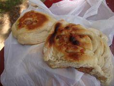 Tortilla de rescoldo con chicharrones del Mercado Fluvial de Valdivia