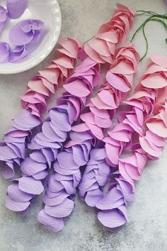 to Make Crepe Paper Wisteria Strands of paper wisteria. Love this for a spring craft or nursery decoration!Strands of paper wisteria. Love this for a spring craft or nursery decoration! Paper Flowers Craft, Crepe Paper Flowers, Paper Roses, Flower Crafts, Diy Flowers, Diy Paper, Paper Crafts, Streamer Backdrop, Streamers