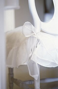 Stolsöverdrag i organdi. Sys upp på beställning. För mer info gå in på http://www.solgarden.se