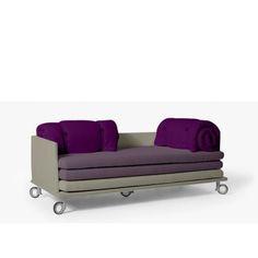 Sofá So Family con estructura de madera en combinación con brazos metálicos tapizados. Los brazos y los colchones asiento de espuma, totalmente desenfundables. Cojines de respaldo y de asiento rellenos de espuma HR. Ruedas de Aluminio lacado y Goma de diversos colores.