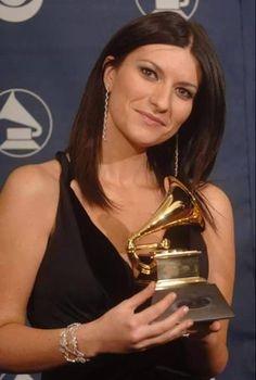 8 février 2006, la première femme italienne à recevoir un Grammy Award est notre Laura Pausini ! Singing Contest, Pop Singers, Record Producer, Wonder Woman, Super Star, Diva, Singers, People, Musica