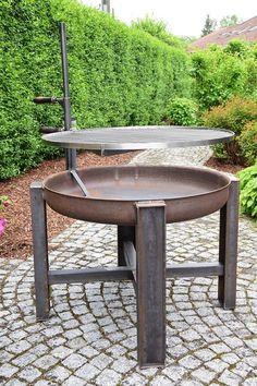 Acier pur ! Le bol de feu mesure 80 cm de diamètre et donc beaucoup de place sur la grille en acier inoxydable pour le plaisir du barbecue. La grille est réglable en continu en hauteur. Il est pris par le biais de l'inférieur poignée est fournie avec un fil sur la hauteur désirée par simple torsion ou ouvert. La grille et la grille peuvent être soit complètement supprimée édition après une grillade ou simplement tourné vers le côté pour être prises pour assurer un agréable feu de camp. Gr...