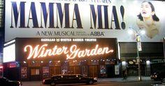 """Cómo obtener un papel en un musical de Broadway. Con sólo 39 teatros de Broadway en la ciudad de Nueva York, tener un papel en un musical puede ser una tarea desafiante. Los actores que quieran actuar en Broadway deben hacer """"tres roles"""", cantar, bailar y actuar a un nivel excepcional. Los teatros de Broadway están ubicados en el distrito teatral de Nueva York (y uno más en el Lincoln Center) y ..."""