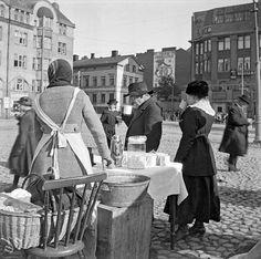 Kahvitarjoilua Rautatientorilla. Photo: Timiriasew Ivan  Suomi (Finland), Helsinki, 1918 Source: HKM