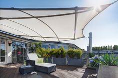 Stylische Terrassenüberdachung trifft ebenfalls stylische Terrassengestaltung! Sonnensegel schaffen schutz vor Sonne und machen dabei richtig was her! In Kombination mit einer Gestaltung mit Blumenkübeln entsteht solch eine Augenweide, wie im Bild zu sehen!