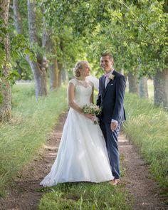 Igår träffade jag Caroline och Viktor efter de gift sig i Kaga Kyrka. Det var första gången jag fotograferade ett par när de är gifta och det var verkligen en häftig känsla att se deras kärlek. #canon #canon5dmkiv #bröllop #kagakyrka #kaga #linköping #linköpinglive #meralink #bröllop2017 #bröllop2018 #bröllopsklänning #bröllopsfotograf #fotograf #porträttfotograf #igsweden #ig_daily #weddingday #weddingphotography #wedding #igscandinavia #sweden_images #sweden_photolovers #love #summer…