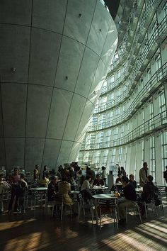 国立新美術館 : The National Art Center
