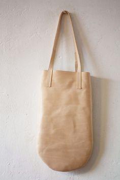 little natural tanned leather bag irregular cut por chrisvanveghel.