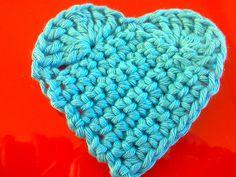 Op twitter liet ik een foto zien van een aantal hartjes die ik gehaakt heb. Er moeten 10 hartjes komen en dat wordt dan een slinger voor een...