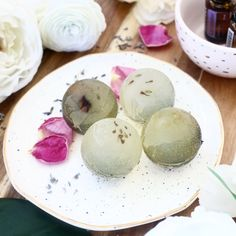 Make Your Own Dried Flower Soap Spheres - A Beautiful Mess Easy Homemade Cookies, Gift Maker, Homemade Bath Bombs, Get Gift Cards, Easy Diy Gifts, Beautiful Mess, Cool Diy Projects, Craft Projects, Diy Skin Care