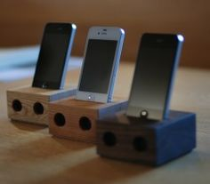 Wooden speakers for iPhone. Iphone Holder, Iphone Stand, Cell Phone Holder, Homemade Speakers, Wood Projects, Woodworking Projects, Satellite Phone, Wooden Speakers, Ipod Dock