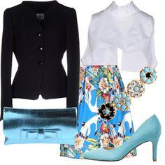 Il colore blu cielo è strepitoso e viene qui celebrato: l'outfit è elegante e luminoso, gli accessori brillano riflettendo la luce. Sarai splendida per una serata elegante o per una cerimonia.