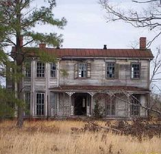 abandoned places Solve Abandoned House in Virginia jigsaw puzzle online with 132 pieces Old Abandoned Buildings, Abandoned Castles, Old Buildings, Abandoned Places, Scary Houses, Spooky House, Beautiful Buildings, Beautiful Homes, Beautiful Places