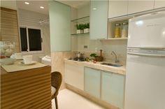 Cozinha pequena pode ser muito funcional também e a distribuição adequada dos armários ajuda bastante.     Por isso, se o espaço é reduzid...