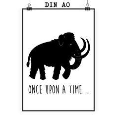 Poster DIN A0 Mammut aus Papier 160 Gramm  weiß - Das Original von Mr. & Mrs. Panda.  Jedes wunderschöne Poster aus dem Hause Mr. & Mrs. Panda ist mit Liebe handgezeichnet und entworfen. Wir liefern es sicher und schnell im Format DIN A0 zu dir nach Hause. Das Format ist 841 mm x 1189 mm.    Über unser Motiv Mammut  Die ältesten Mammutfunde sind 4,5 Millionen Jahre alt. In der Steinzeit lebten die Mammuts in Herden. Sie waren viel größer als unsere heutigen Elefanten.    Verwendete…