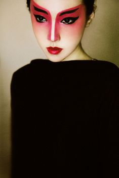 Geisha makeup inspo White skin, red lips, dark eyeliner with a little red on the eyes, pink shadow to contrast the eyes
