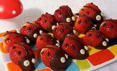 Marienkäfer aus Erdbeeren und Schokolade