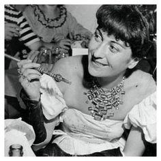 (Na imagem, Lina  nos anos 50 usando o colar). As joias foram desenhadas em 1947, com pedras brasileiras. Obras de arte da joalheria,  que poderão ser vistas na exposição, que tem curadoria de Waldick Jatobá e Johanna Birman
