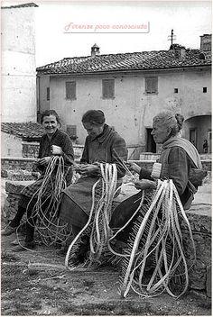 Le trecciaiole di Impruneta dedite ai loro lavori in paglia. Anni '50,un lavoro che dava da vivere a tantissime famiglie