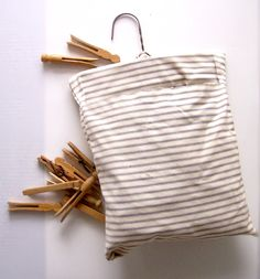 Bolsa chic de pinzas para tender la colada   -   The good old peg bag which hangs on the line when hanging out the clothes..