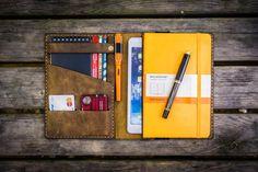 Cubierta hecha a mano genuino cuero grande Moleskine apenado y iPad mini.  Esta cubierta ajusta a su gran cuaderno Moleskine (tapa dura / suave cubierta) y su mini iPad / iPad retina mini / dispositivo de iPad mini 3.   Usted puede poner su portátiles, teléfono, lápices, pasaporte, tarjetas de crédito, cualquier cosa que desee. Se puede utilizar como una cartera.  La tapa tiene 3 bolsillos y 2 titular de la tarjeta. En el lado izquierdo usted puede poner su teléfono móvil. Y en el bolsillo…